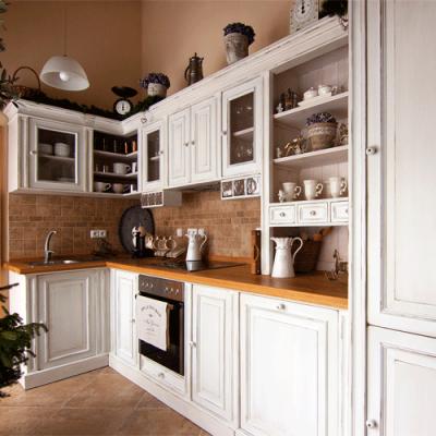 Kuchyně-bílá-s-patinou