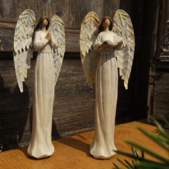 Andělé se světlími křídly malí